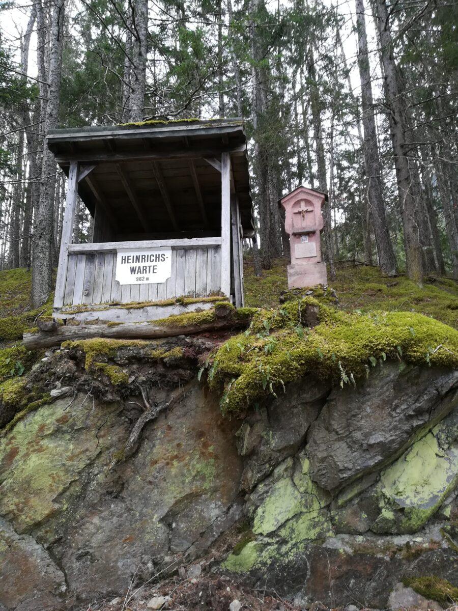 Baufällige Hütte mit Bildstöckl